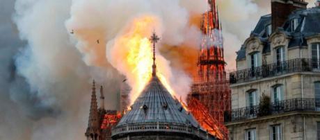 Parigi: le fiamme divorano la cattedrale di Notre Dame.