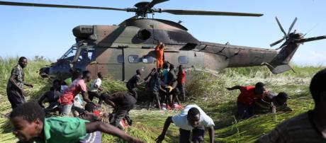 Un helicóptero humanitario llega a Mozambique - Siphiwe Sibeko (Reuters)