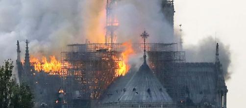 Catedral de Notre-Dame, em Paris, pega fogo nesta segunda-feira (Arquivo Blasting News)