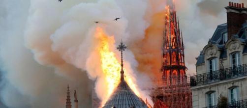 Notre Dame di Parigi incendio: le fiamme divorano la cattedrale