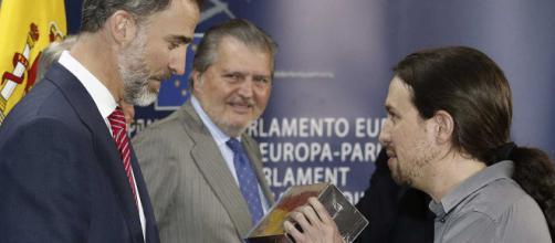 Pablo Iglesias le entrega Juego de Tronos a Felipe VI - RTVE.es