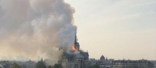 Parigi, incendio alla cattedrale di Notre-Dame: turisti in fuga dal monumento
