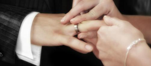 Sparisce durante la festa di nozze: sposo tradisce la neomoglie nel bagno del ristorante con un amico..