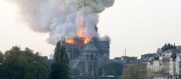 Parigi: Notre Dame avvolta dalle fiamme.