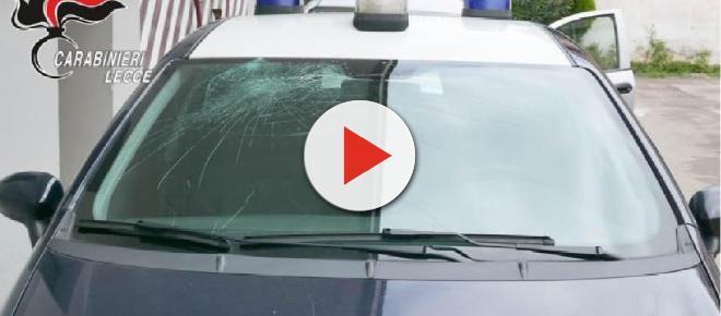Lecce, 41enne vuole tagliarsi le vene con delle forbici poi sfascia l'auto dei carabinieri