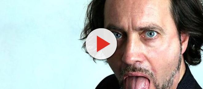 Un comediante muere durante un monólogo humorístico y el público piensa que es un chiste