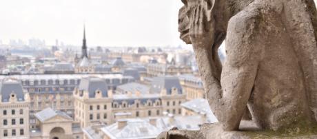 Una delle statue che simboleggiano il Notre Dame de Paris.