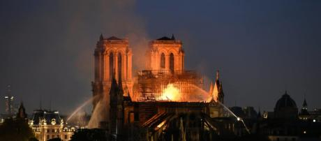 Notre Dame, incendio nella Cattedrale di Parigi