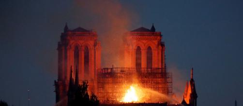 Los bomberos logran parar el incendio de Notre-Dame