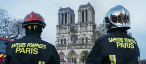 Notre Dame, 500 pompieri sono saliti con le mani sulle torri.