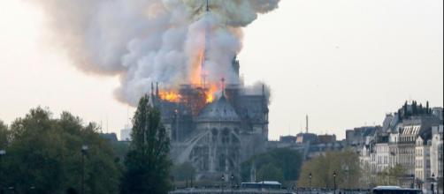 Parigi, incendio alla cattedrale di Notre Dame.