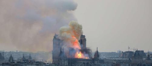 Parigi, incendio nella cattedrale di Notre-Dame - Foto Tgcom24 - mediaset.it