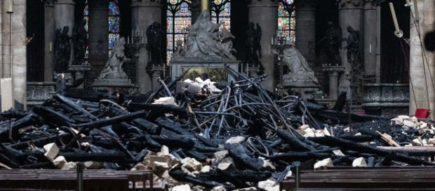 Escombros carbonizados permanecen cerca del altar de la catedral pasirina. - fmlaser1035.com