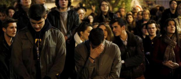 L'incredulità e preoccupazione della folla davanti a Notre-Dame ( mediaset.it)