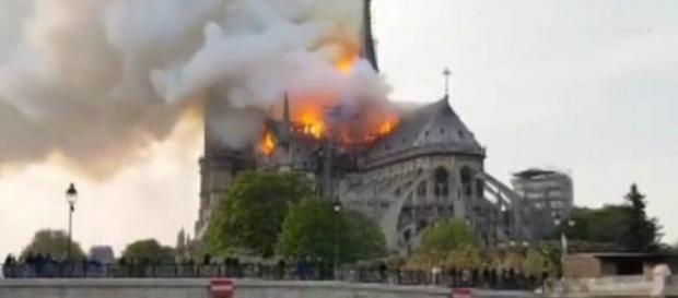 Notre Dame in fiamme, gli operai non erano al lavoro in quegli attimi.