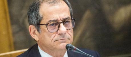 """Def, Ministro Tria: """"L'aumento Iva ci sarà"""", ma Di Maio smentisce"""