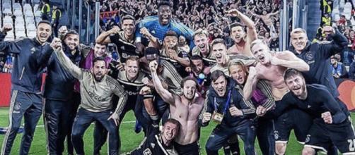 La gioia irrefrenabile dei giocatori dell'Ajax dopo il successo di Torino