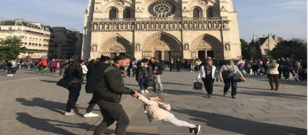 Notre-Dame, la foto virale del papà che gioca con la sua figlia prima del dramma sotto la cattedrale