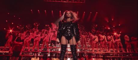 Beyoncé em cena do documentário dirigido por ela própria. (Divulgação/ Netflix)