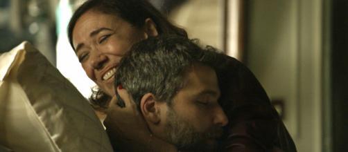 Gabriel (Bruno Gagliasso) e Valentina (Lilia Cabral) se abraçam em reencontro. (Reprodução/TV Globo)