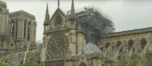Notre Dame e le sue impalcature, in attesa del restauro.