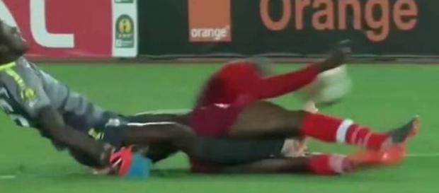Jogador quebra as duas pernas durante a partida (Reprodução/ Bein Sports)