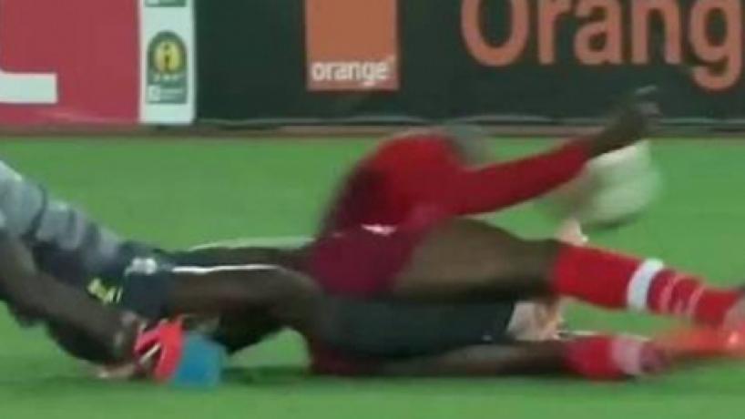 Juiz chora ao perceber que goleiro quebrou as duas pernas durante partida na África