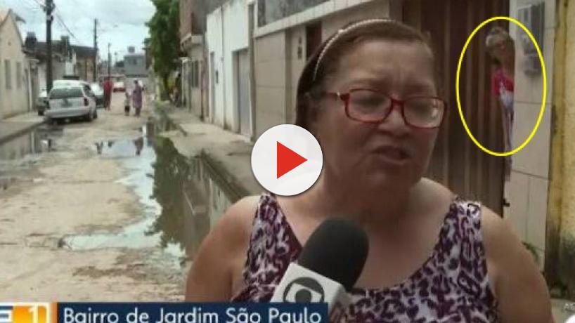 Senhora fica presa em portão durante entrevista da Globo e vídeo viraliza na web