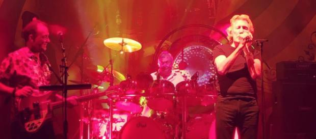 Roger Waters sul palco insieme a Nick Mason, entrambi ex compagni nei Pink Floyd