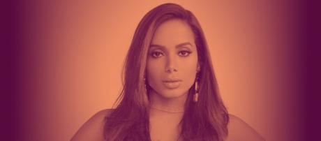 Biografia de Anitta ressalta a religião da cantora. (Arquivo Blasting News)