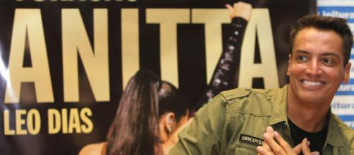 Leo Dias tem dia de popstar no lançamento de sua biografia da cantora Anitta. (Arquivo Blasting News)