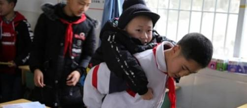 Xu Bingyang carregando Zhang Ze. (Reprodução/Sichuan Online)