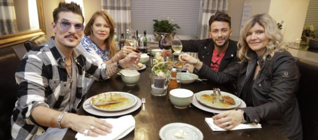 "Das perfekte Dschungel Dinner: ""Currywurstmann"" Chris Töpperwien, Doreen Dietel, Domenico de Cicco und Sandra Kiriasis - vox.de"
