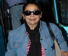 Así lucía la tonadillera Isabel Pantoja, al llegar al aeropuerto para viajar a Honduras