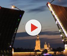 Follia a San Pietroburgo, italiano 29enne salta da un ponte levatoio: ferito