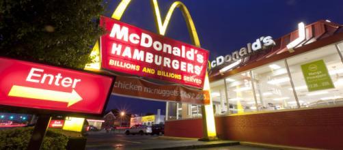 Australia: cenano da McDonald's e la figlia di 2 anni trova un preservativo nel locale