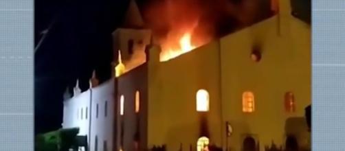 Igreja católica baiana é atingida por incêndio. (Reprodução/TV Bahia)