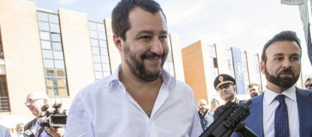 Matteo Salvini con il mitra, la foto che fa infuriare Roberto Saviano