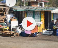 Al campo rom di Milano, Chiesa Rossa, i nomadi chiedono il reddito di cittadinanza.