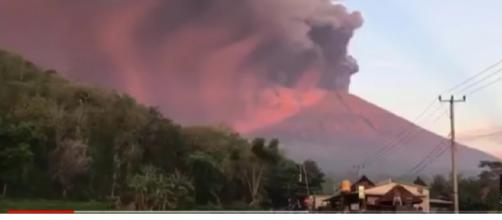 Major Eruption from Mount Agung volcano strands thousands in Bali. [Image source/Qronos16 YouTube video]