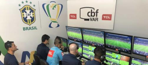 VAR causa polêmica na primeira rodada do Brasileirão. (Arquivo Blasting News)