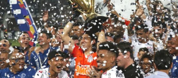Deputado ergue taça junto com goleiro do Corinthians (Divulgação/Instagram/@corinthians)