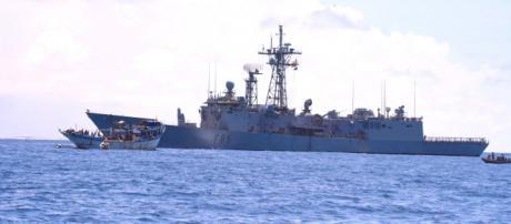 La fragata Navarra monta guardia frente al dhow rescatado de los piratas