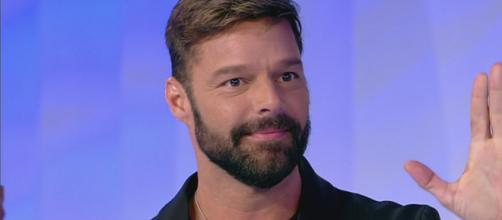 Anticipazioni Amici 18: Ricky Martin assente nella quinta diretta, tornerà sabato 4 maggio.