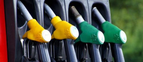 Aumenti benzina per i ponti del 25 aprile e 1° maggio