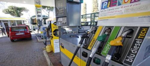 Benzina, aumento del prezzo fino a 2 euro al litro