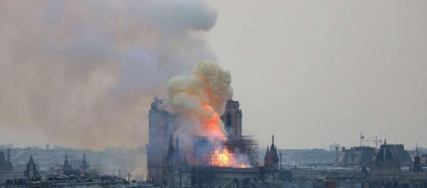 Parigi, rogo di Notre-Dame: ditta edile dichiara, 'Operai fumavano nel cantiere'