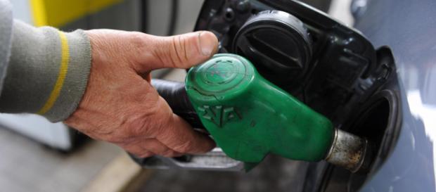 Rincaro dei prezzi benzina: oltre 2 euro per ogni litro.