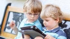 Crianças pequenas não devem ficar muito tempo vendo TV ou usando celulares, diz OMS