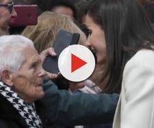 Letizia hablando con una señora en Lerma